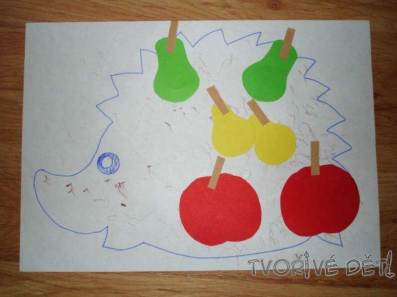 Tvoření z papíru - lepíme ovoce na ježečka