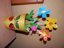 Kytička v květináči ze dřeva