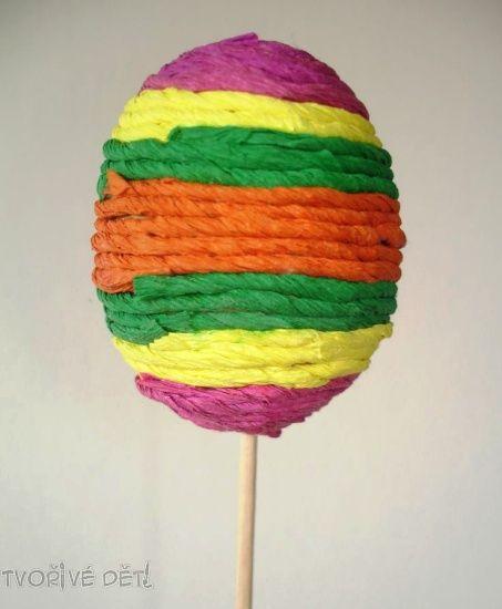 Velikonoční vajíčko zdobené natočeným krepem